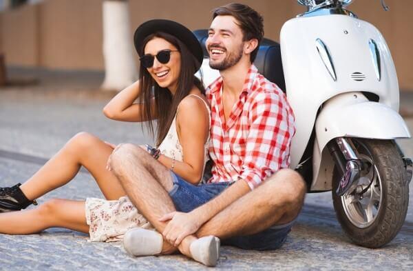 Różnica między randkami przyjaźni a zalotami